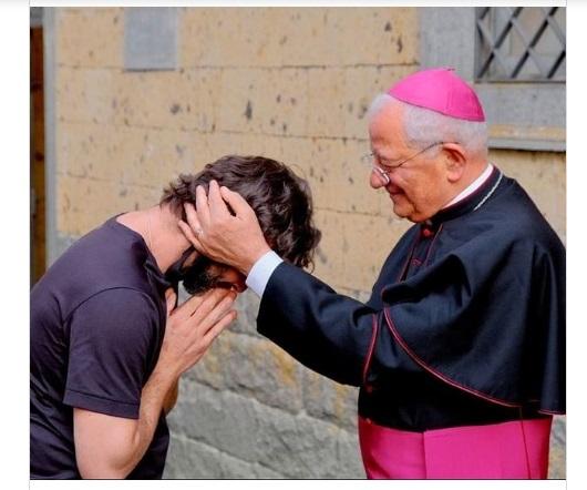 Durante missa padre anuncia que está apaixonado e abandona posto