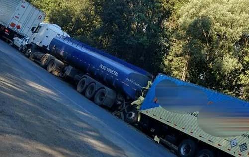 Em grave acidente na BR-476, caminhão atinge traseira de carreta e motorista morre