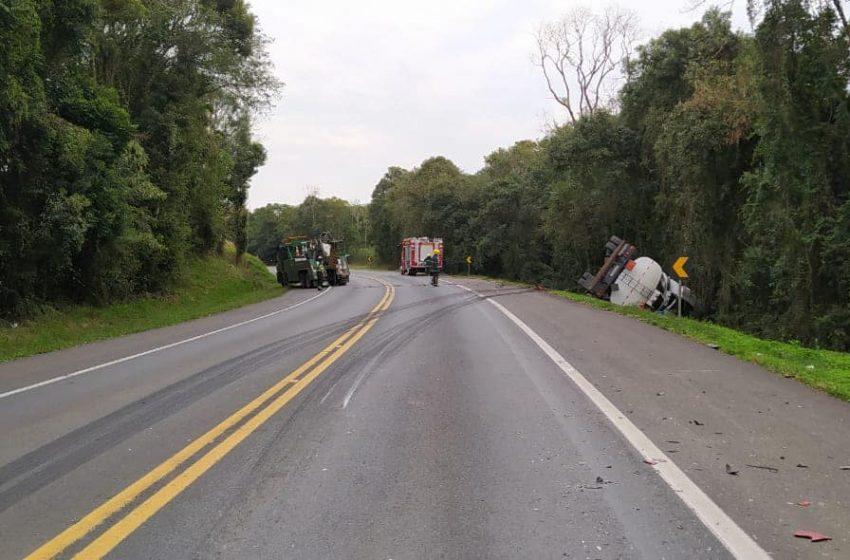 Caminhão tanque de óleo diesel tombou na BR 277 em Irati