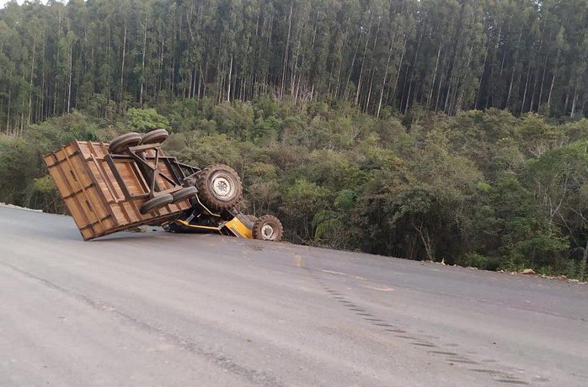 Trator com carreta capota no interior de Irineópolis e condutor não tem lesões graves