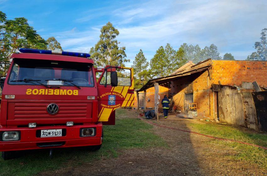 Bombeiros apagam incêndio em galpão na Colônia Cachoeira