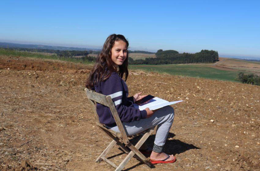 Sãomateuense de 12 anos, percorre 5km diariamente para encontrar sinal de internet e conseguir estudar