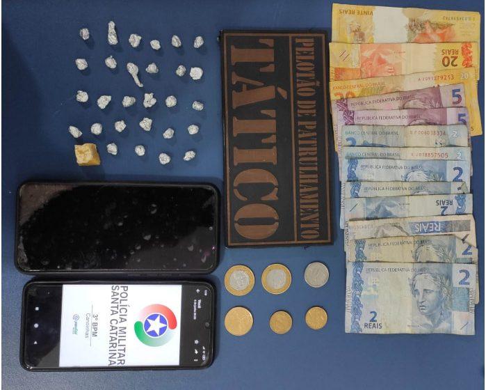 Ponto de tráfico de drogas em Três Barras é descoberto pela PM