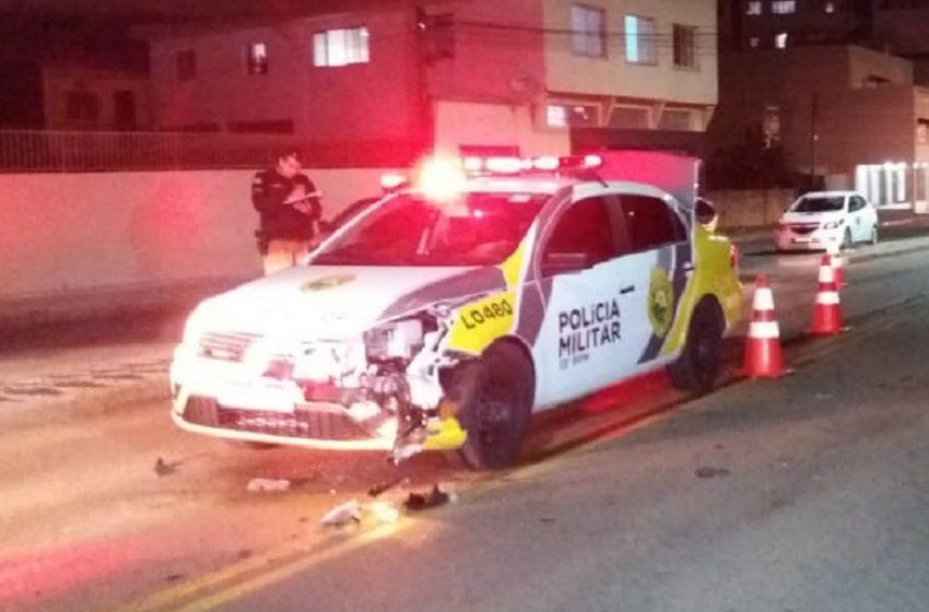 Homem embriagado fura preferencial e bate em viatura policial em São João do Triunfo