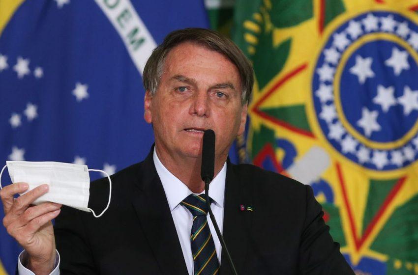Bolsonaro pede parecer para desobrigar uso de máscara por vacinados