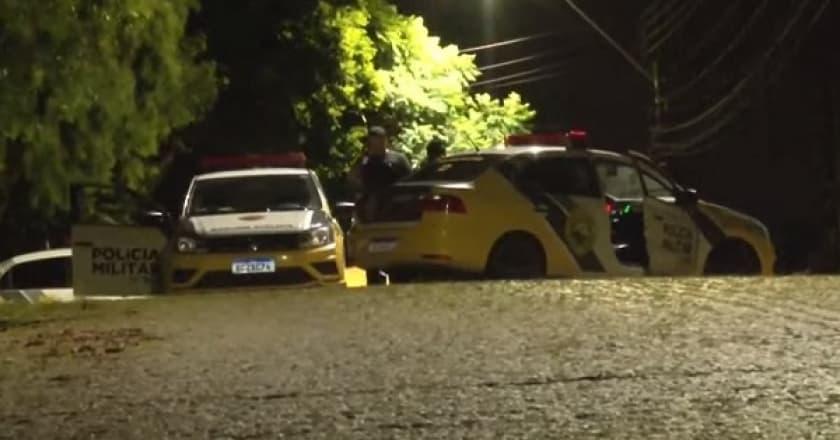 Homem tenta impedir esposa de sair de casa empurrando carro contra a parede da garagem em São Mateus do Sul