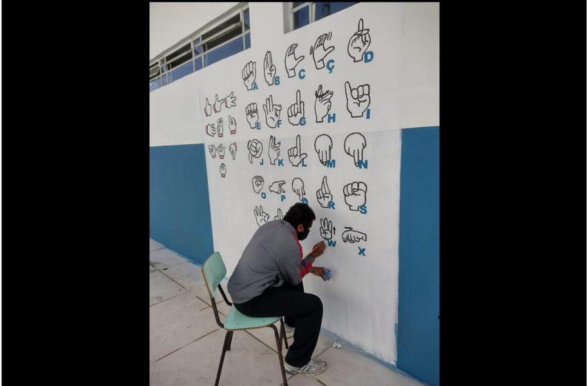 Buscando a inclusão, Escola Municipal Odemira Cunha recebeu pintura do alfabeto e números em libras