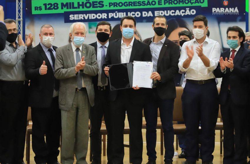 R$128 milhões para Educação: Ao lado de Ratinho Júnior Deputado Emerson Bacil participa do evento de promoção e progressão de servidores.