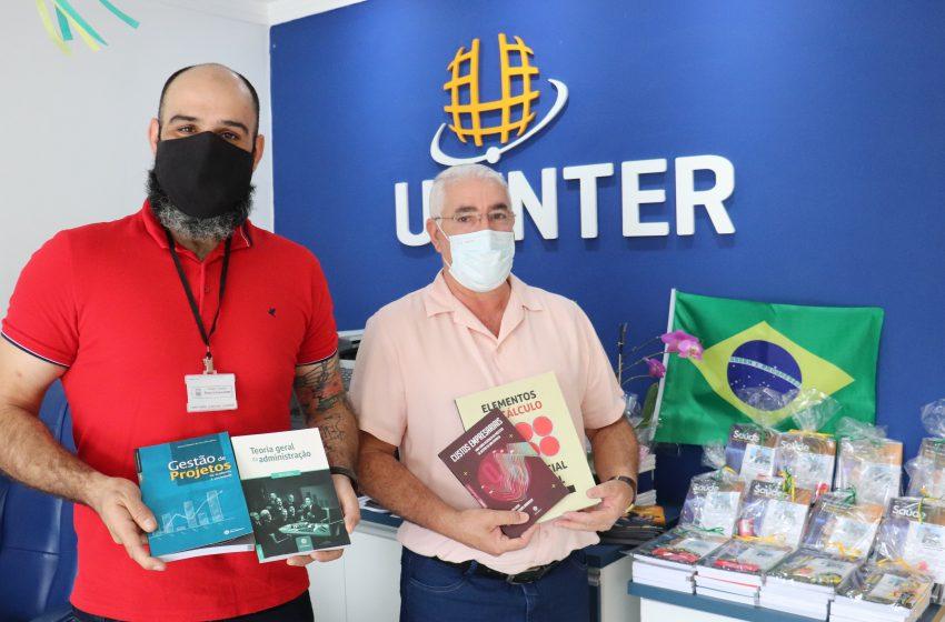 Duque de Caxias recebe livros em uma parceria com a Uninter