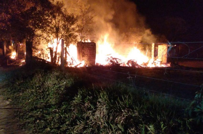 Casa é destruída por incêndio em São Roque, interior de Paulo Frontin