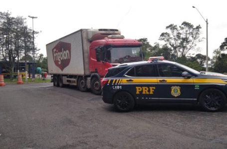 PRF recupera caminhão, resgata motorista e detém suspeito de assalto em PG