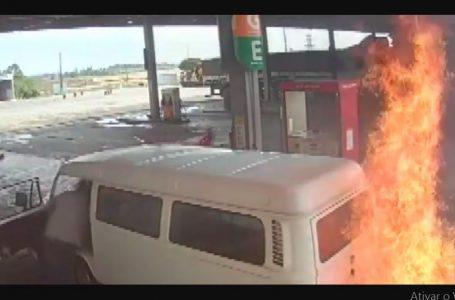Kombi pega fogo em posto de combustíveis no Paraná