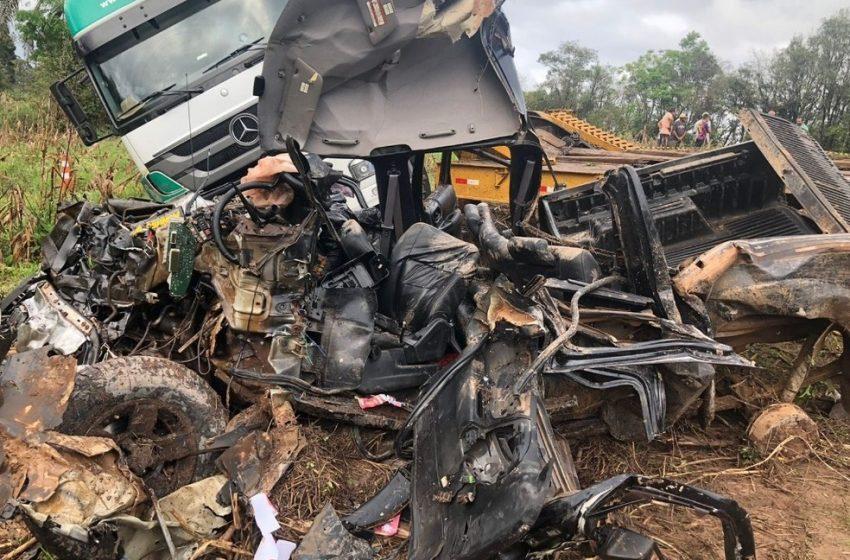 Duas pessoas morrem após colisão entre caminhão e caminhonete, em Prudentópolis