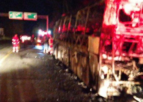 Plantão: ônibus da Bitur com passageiros de União da Vitória pega fogo na BR-476 e fica destruído