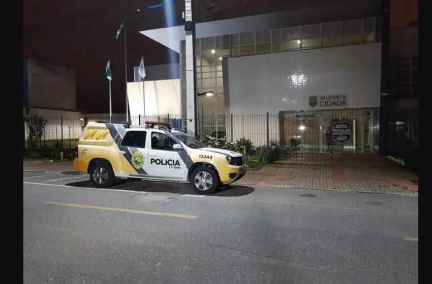 Homem é detido, após ser flagrado  fazendo imagens  com celular de mulher que usava o banheiro de supermercado
